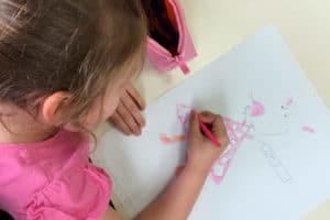 Petite fille qui dessine en rose