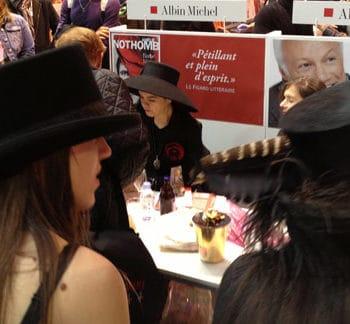 Amélie Nothomb et son chapeau noir