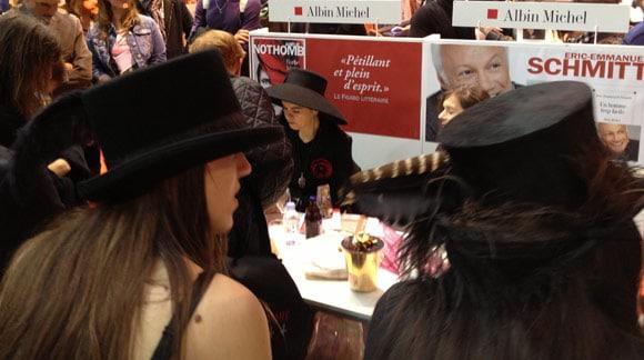 Fans d'Amélie Nothomb qui portent le même chapeau qu'elle