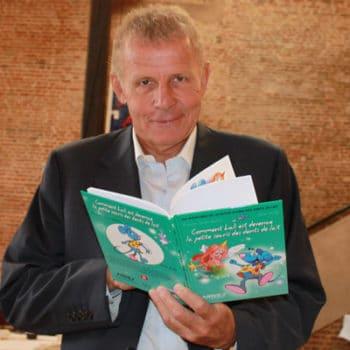 Patrick Poivre d'Arvor avec un livre sur la Petite Souris