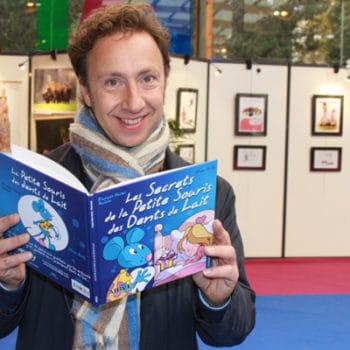 Stéphane Bern en train de lire un livre pour enfants