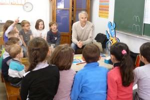 Echange d'un auteur avec des élèves dans une classe