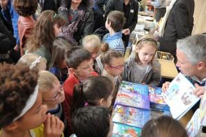 Présentation d'un livre aux enfants