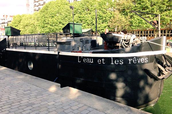 Péniche au bord du quai à Paris