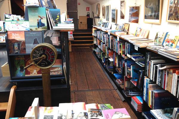 Intérieur de la péniche librairie