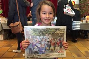 Petite fille fière d'être dans le journal