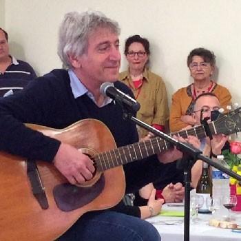 Yves Duteil chante pour les auteurs de la fête du Livre d'Autun