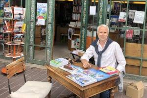 Auteur en dédicace devant la librairie du marché à Deauville