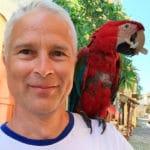 Homme avec un perroquet sur l'épaule