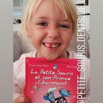 Fille heureuse de son livre pour enfant