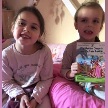 Deux filles et leur livre pour enfant