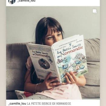 Jeune lectrice d'un livre sur la Normandie