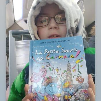 Jeune garçon avec son livre sur le carnaval