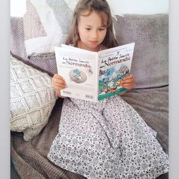 Petite fille qui lit la Petite Souris en Normandie